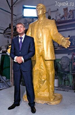 Депутату Юрию Венедиктовичу из Нефтескважинска благодарные избиратели отлили памятник из чистого золота