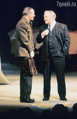 Михаил Ульянов в роли Ленина и ВасилийЛановой в роли Троцкого вспектакле «Брестский мир». 1987 г.