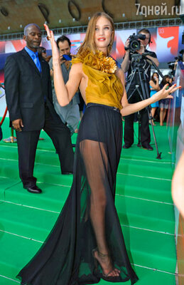 Рози Хантингтон-Уайтли (платье Gucci )