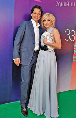 Максим Шабалин и актриса Ирина Гринева (платье Tegin, клатч Bottega Veneta, туфли Dior)