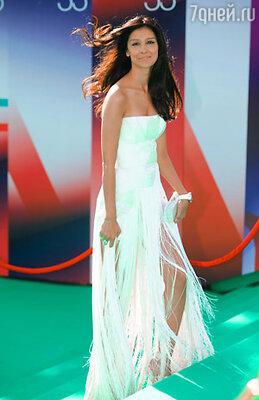 Актриса Равшана Куркова (платье Versace, туфли Rene Caovilla, клатч Rodo)