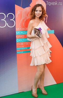Актриса Елена Захарова (платье Halston Heritage, туфли Russell Bromley)