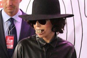 Леди Гага пришла на премию YouTube со вставной челюстью