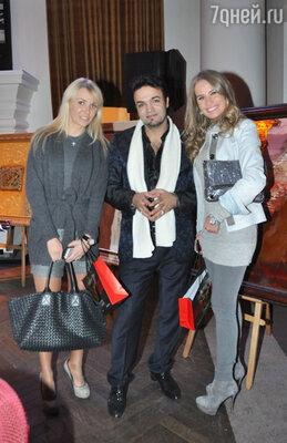 Мехди Эбрагими Вафа с гостями выставки