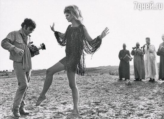 Критики красиво называли меня «похитителем моментов» — как раз за мою любовь всюду высматривать и выхватывать случайные выражения лиц, мимолетные сюжеты бытия. Съемка для Paco Rabanne, 1960 г.