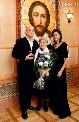 Гоша с мамой на вручении почетного ордена «Золотая звезда мецената». 2005 г.