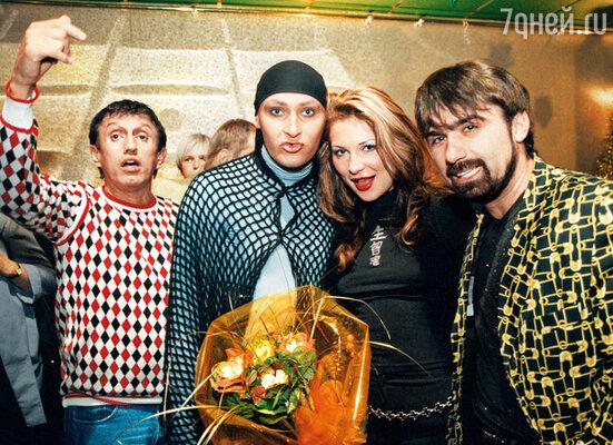 Едва зазвучала песня «Я Шура, ребенок нежный», как по Москве распространился слух, что у меня роман с Шурой. (На фото в центре)