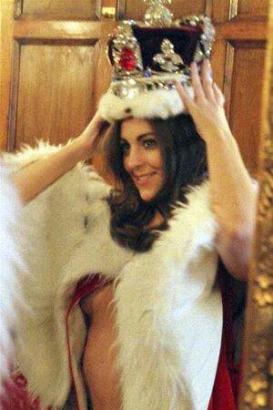 Двойник Кейт Миддлтон примеряет корону