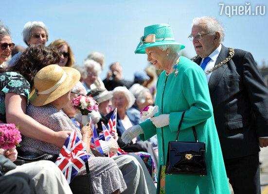 Со временем англичане перестали сердиться на свою королеву иснова любят ее — как и 60 лет назад, когда она взошла на трон молодой, грациозной красавицей