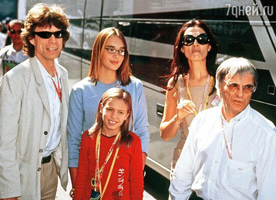 Став фактически хозяином «Формулы I», Экклстоун и его семья запросто общались со знаменитостями.  (На снимке слева направо: М. Джаггер, дочери Экклстоуна, Славица и Берни)