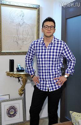 Помимо ангелов стены в квартире у актера украшают картины известного режиссера и художника Рустама Хамдамова.