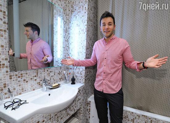 Вячеслав показал даже свою ванную комнату.