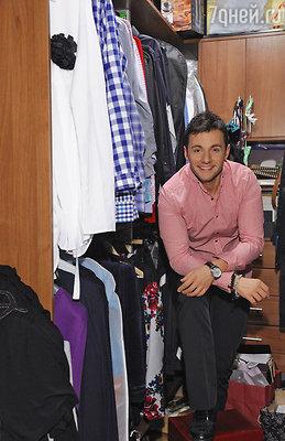 «Когда я только начал делать ремонт, я сразу решил, что шкафа с одеждой в спальне у меня не будет, буду делать гардеробную».
