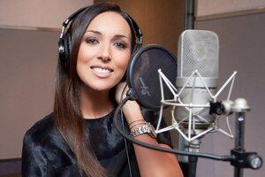 Видео: как Алсу записывала главную песню к фильму «Золушка»