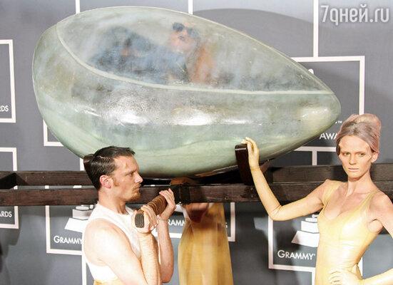 На церемонию награждения Lady Gaga прибыла в прозрачном пластмассовом яйце