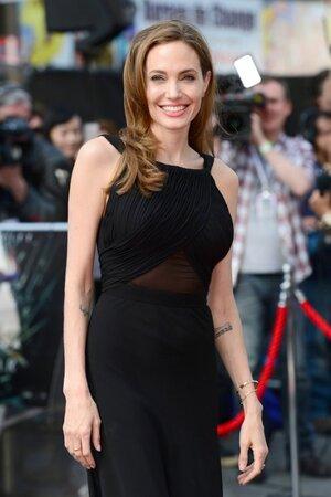 В своей статье для авторитетного американского издания The New York Times Анджелина Джоли призналась, что подверглась мастэктомии (операции по удалению молочных желез)