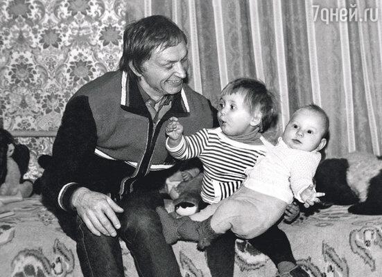 Мои дочки появились на свет одна за другой... Николай Петрович с Ксюшей и Машей, 1982 г.