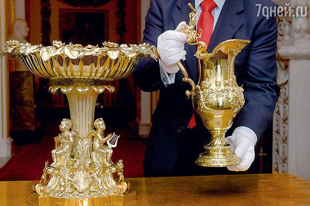 На официальных фото никогда невидно лица хранителя Лилейной купели и старинного крестильного кувшина — только его руки вперчатках, придерживающие реликвии