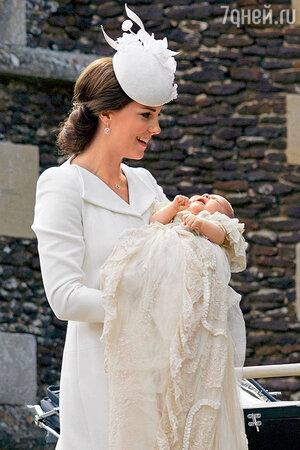 Перед началом церемонии Шарлотта неожиданно расплакалась, и Кейт стоило немалого труда ее успокоить