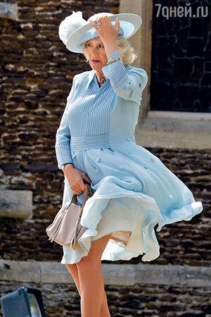 Порыв ветра едва не сыграл с юбкой Камиллы шутку в стиле Мэрилин Монро