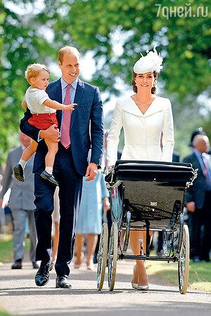 Принц Уильям с сыном Джорджем и Кейт сШарлоттой в коляске пешком пришли из Анмер-Холла