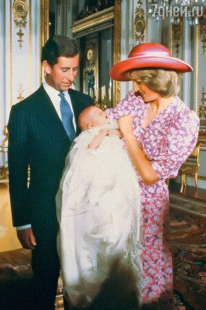 Принц Уильям тоже горько плакал во время крещения на руках усвоей мамы принцессы Дианы С принцем Чарльзом.1982 г