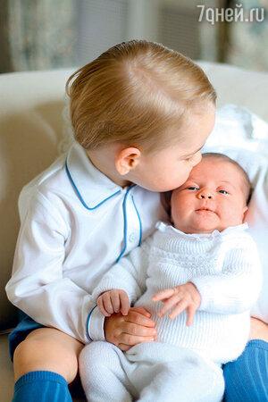 Юный принц Джордж снежностью относится к своей сестричке Шарлотте