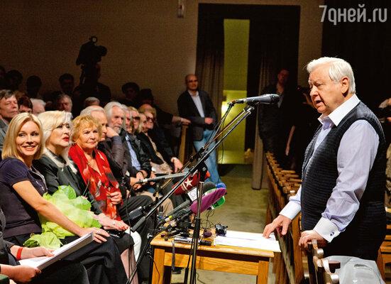 Выступлению худрука внимает труппа (на фото слева Марина Зудина и Ирина Мирошниченко)