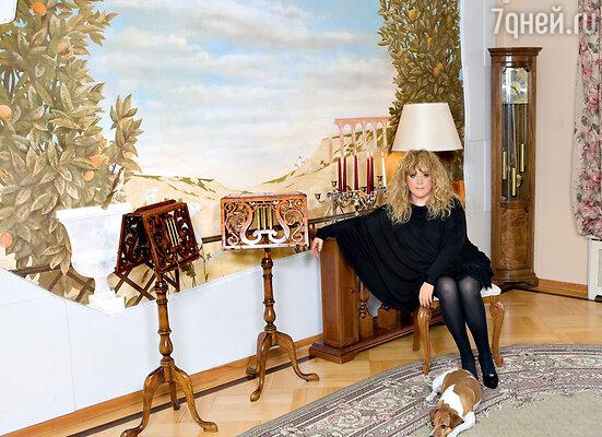 Благодаря красочно расписанной стене в гостиной Примадонны появился уголок солнечной Италии
