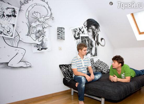 Сын Сергея Белоголовцева Саша выбрал для своей комнаты сюжеты любимых комиксов