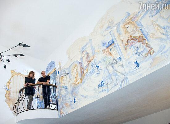Наталья Бестемьянова и Игорь Бобрин рядом с фреской, на которой запечатлены их сценические образы