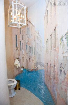 В ванной Сосо Павлиашвили целую стену занимают виды Венеции