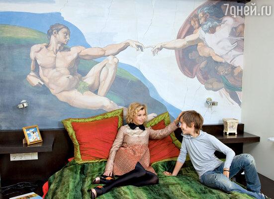 При оформлении спальни Лада Дэнс использовала фреску Микеланджело «Сотворение Адама»