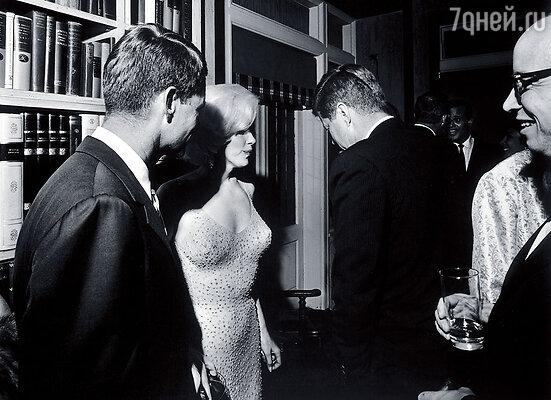 Первым с Мэрилин Монро закрутил роман Джон, а потом «передал» ее Роберту