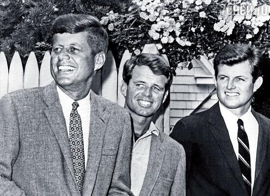 Джон с братьями Робертом (в центре) и Эдвардом