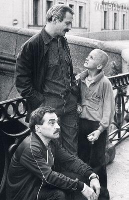 С отцом и Александром Адабашьяном на съемках фильма «Очи черные». 1986 г.