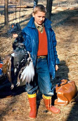 «Поездки на охоту с отцом всегда были праздником. Всемейном альбоме есть фотография, накоторой я, школьник, стою с глухарем в руке...»