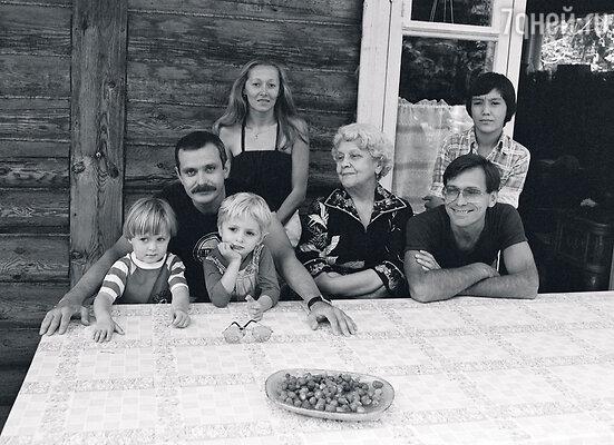 «Большая семья — это классно!» С бабушкой Натальей Петровной Кончаловской, родителями Никитой Сергеевичем и Татьяной Евгеньевной, дядей Андроном Кончаловским, двоюродным братом Егором и сестрой Аней