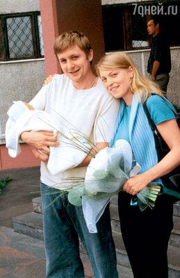 С женой Дарьей и новорожденной дочкой при выписке из роддома. 2002 г.