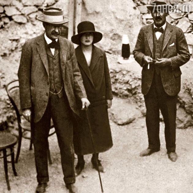 В ноябре 1922 года лорд Карнаврон (слева) и Говард Картер нашли гробницу Тутанхамона.
