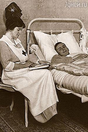 Альмина Ротшильд открыла в Хайклире больницу. У постели раненого офицера, 1914 г.
