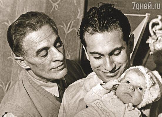 И дедушка Роберт, и Миша не спускали с рук маленького Герку..
