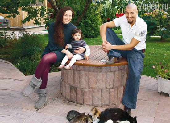 Александр с женой Яниной Соколовской и дочкой Женей