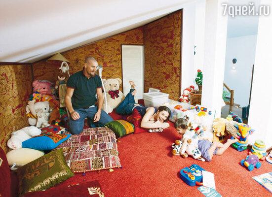 Кальянная превратилась в игровую комнату, стоило Женечке Устюговой перенести сюда свои игрушки