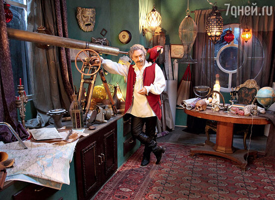 Вадим Демчог в роли астролога, который рассказывает зрителям невероятную историю приключений двух девушек, поменявшихся телами