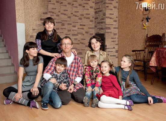 Иван Охлобыстин с женой Оксаной и их дети: Дуся, Анфиса, Вася, Савва, Иоанна и Варя