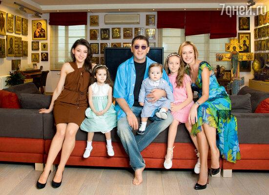 Григорий Лепс с женой Анной, дочерью от первого брака Ингой и младшими детьми — Николь, Иваном и Евой