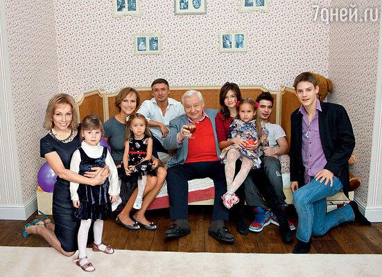 Олег Табаков с женой Мариной Зудиной, дочерью Машей, сыновьями Антоном и Павлом, невесткой Анжелой и внуками Аней, Тоней, Никитой и Марусей