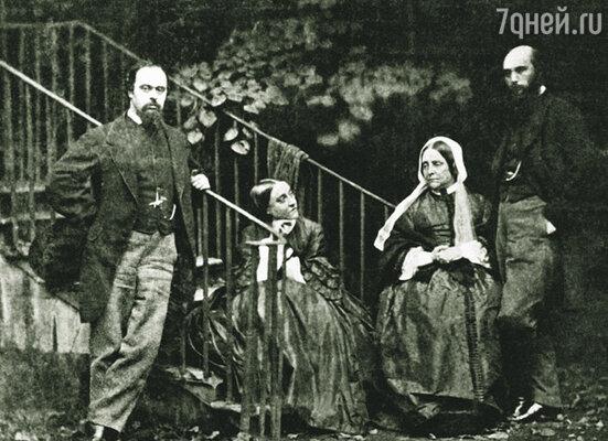 Мать и сестры Россетти и не думали скрывать недовольства его браком, они почти не разговаривали с Лиззи. Слева направо: Данте, его сестра Кристина, брат Майкл и их мать в саду дома в Челси. Лондон, 1863 г.