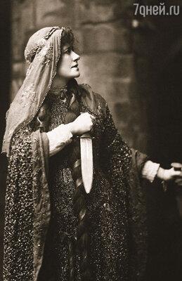Эллен Терри — величайшая звезда английской сцены, актриса шекспировского репертуара. Джером имел с ней дело много лет назад и даже был в нее немножко влюблен...